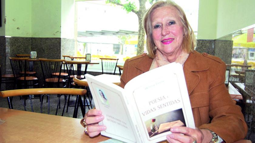 Antiga costureira de 72 anos apresenta livro de poesia