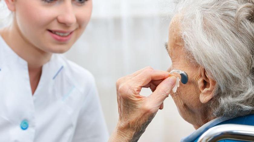 Aparelhos auditivos mantêm idosos saudáveis diz estudo