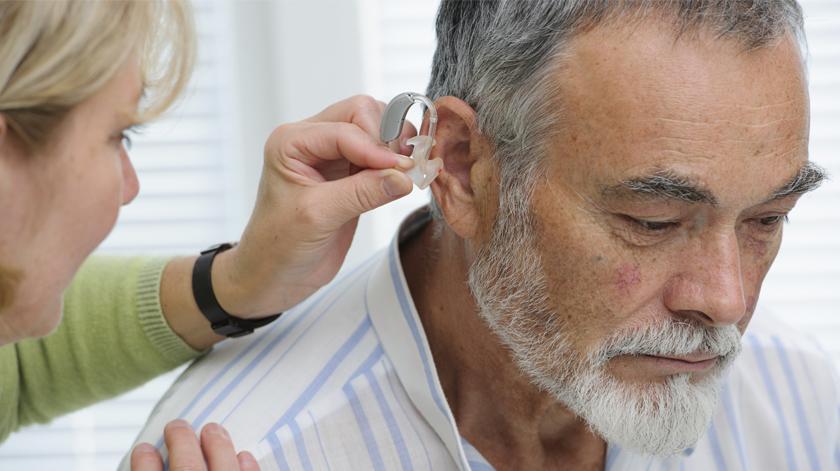 Aumento de anúncios a aparelhos auditivos preocupa médicos