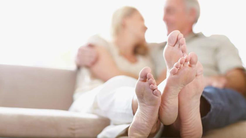 10 cuidados essenciais a ter com os pés dos idosos