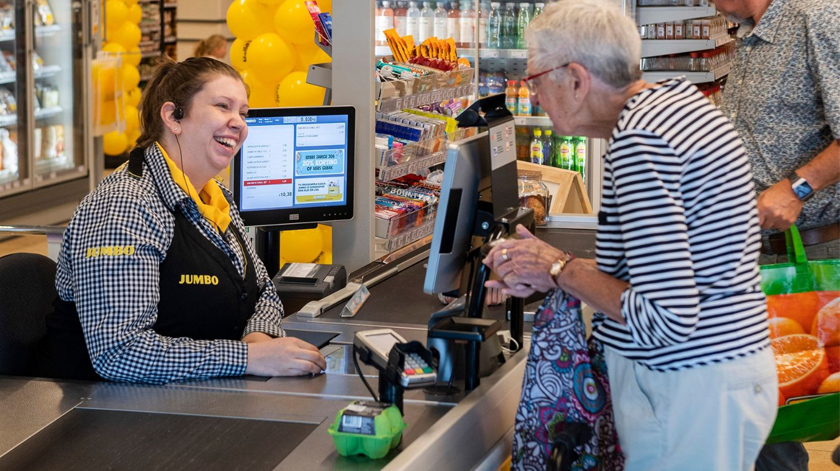 Supermercado com caixa especial para combater solidão dos idosos
