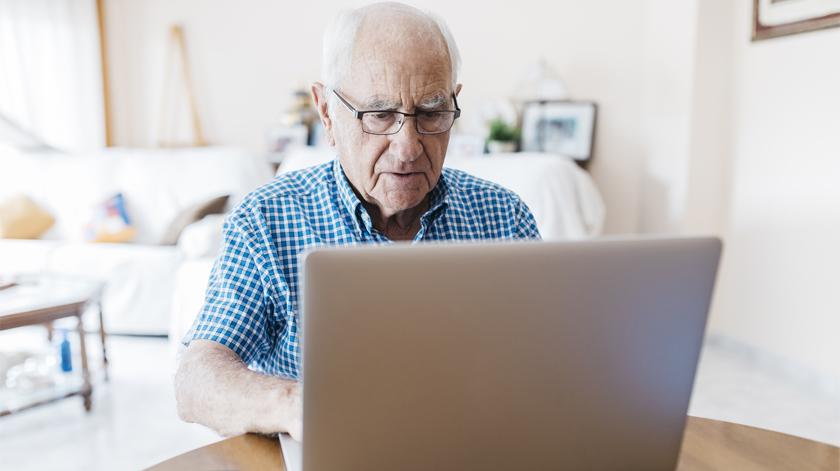 Idosos aprendem a usar Internet com adolescentes