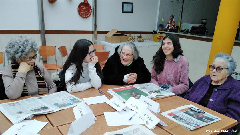 Idosos e jovens analisam notícias juntos