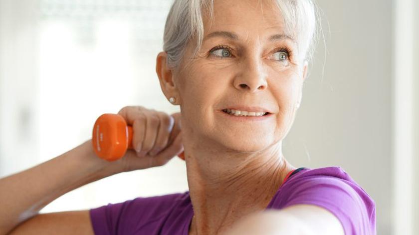 Reumatologista explica impacto da osteoporose nas mulheres
