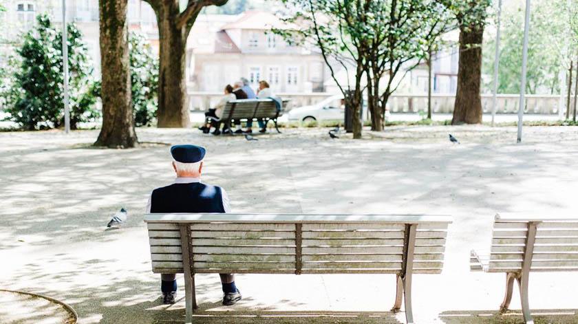 Há uma nova linha de combate à solidão para os idosos