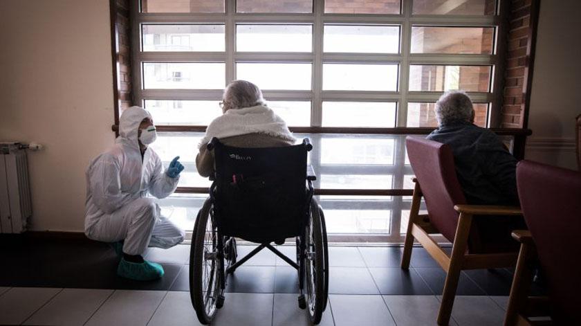 Idosos doentes em lares com acompanhamento diário dos centros de saúde