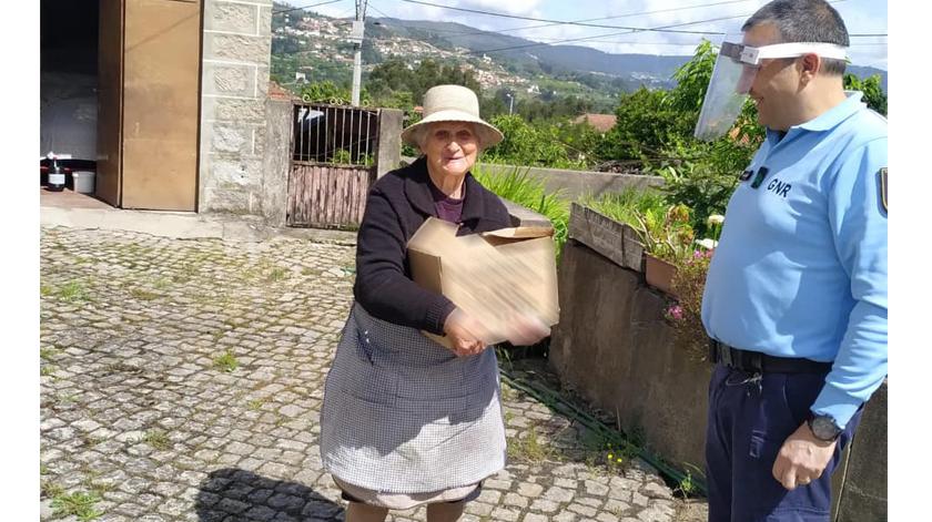 Agentes da GNR recebidos calorosamente pelos idosos durante ações de sensibilização