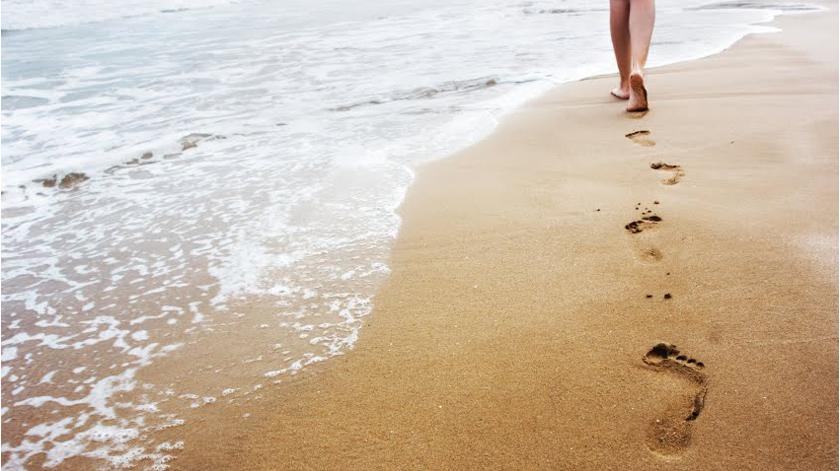 Estudo mostra como caminhar pela praia melhora o humor e o bem-estar