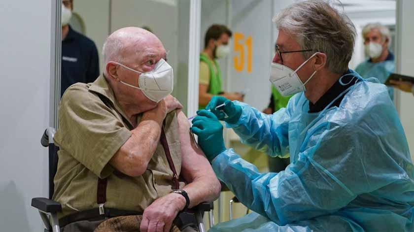 Centros de saúde começam hoje vacinação dos mais idosos
