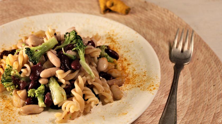 Sugestão de almoço/jantar: salada de massa, feijão e brócolos