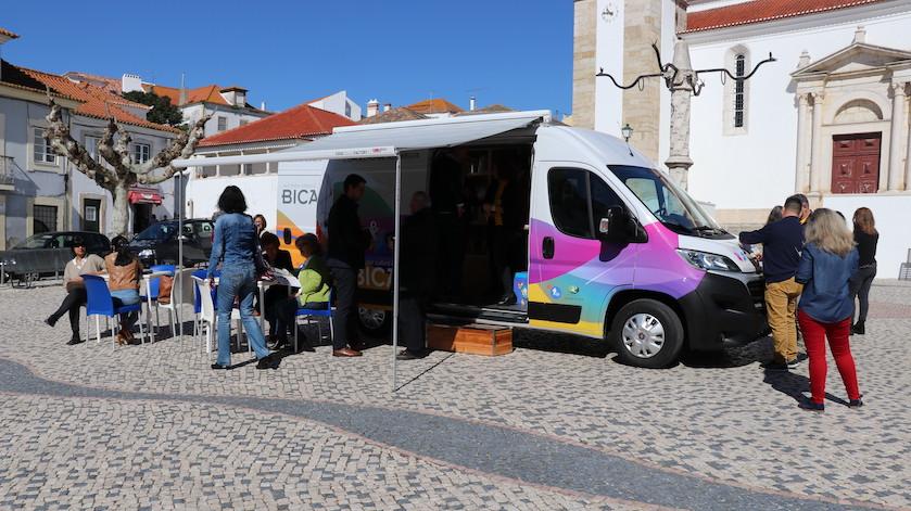 Biblioteca sobre rodas ajuda a espantar a solidão em Azambuja